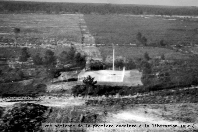 Vue aérienne de la première enceinte à la Libération