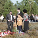Éclaireurs et adultes déposent de la gerbe du consistoire israélites